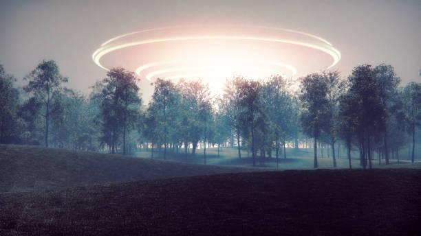 Chegada da nave espacial alienígena misteriosa - foto de acervo