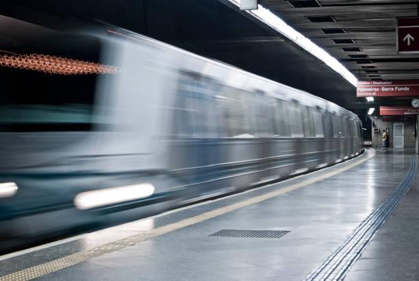 Arrival of the Metro Metro de são paulo chegando na estação com destino a barra funda underground stock pictures, royalty-free photos & images