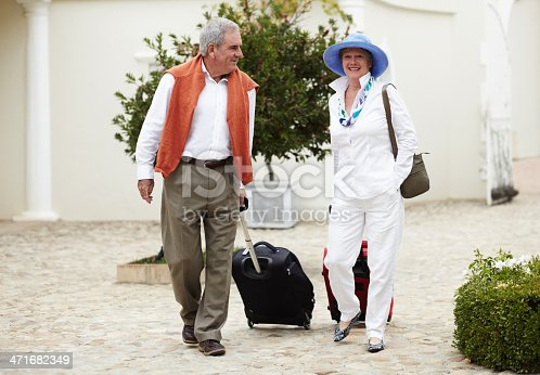A senior couple pulling their suitcases behind them on vacationhttp://195.154.178.81/DATA/i_collage/pi/shoots/781118.jpg