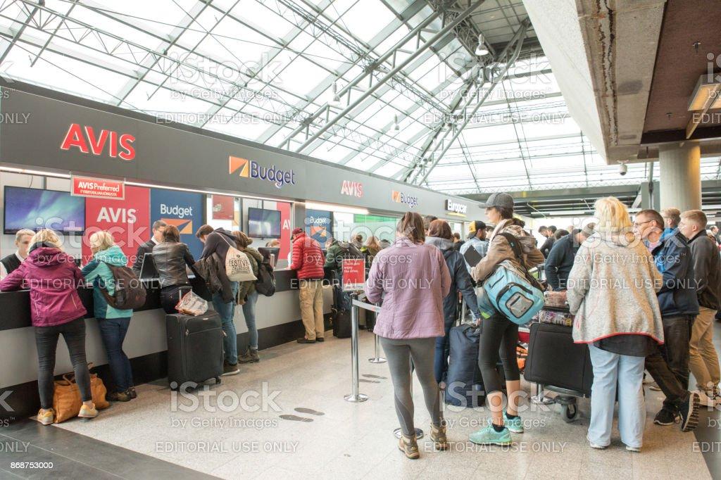 Ankommende Passagiere warten in der Schlange zu vermieten Autos an internationalen Flughafen Keflavik, Island – Foto