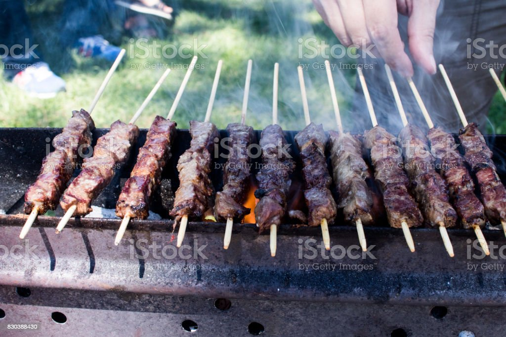 Arrosticini on the grill, Abruzzi skewers of sheep - foto stock