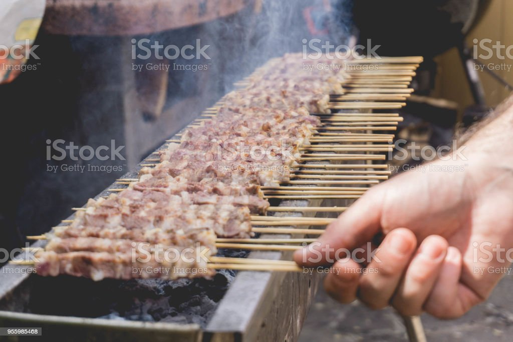 Arrosticini on the grill - foto stock