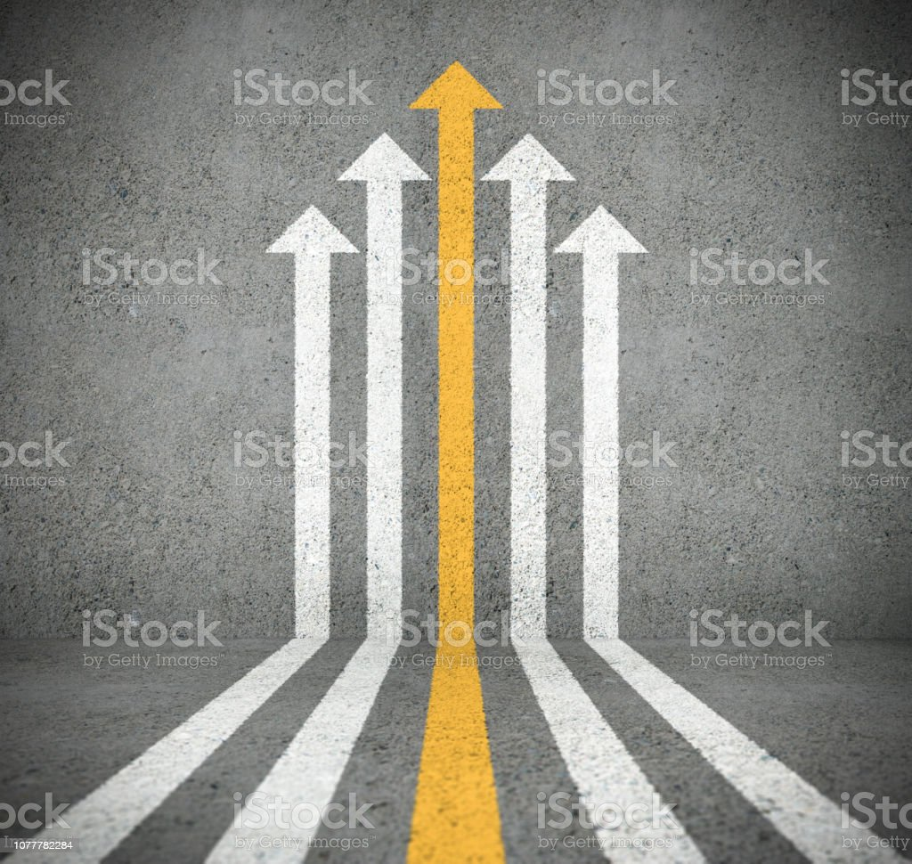 Arrow cloud pointing up, progress. Concrete surface. Yellow arrow standing out - foto stock
