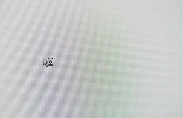 computer maus zeiger und sand glas pfeilsymbol auf weiße lcd-bildschirm - desktop hintergrund hd stock-fotos und bilder