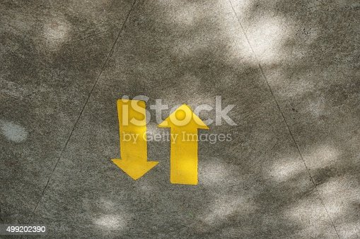 istock Arrow go back and forth 499202390