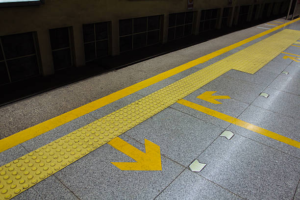 pfeil in der u-bahn-station - zahnlücke stock-fotos und bilder