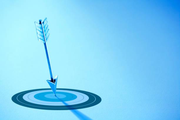 Pfeil zeigt auf Bullseye auf ein Ziel – Foto