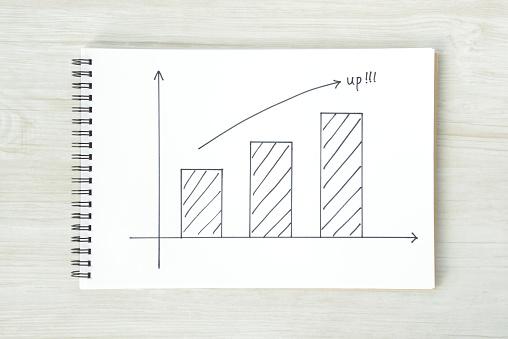 矢印記号とスケッチ ブックの棒グラフ - インフォグラフィックのストックフォトや画像を多数ご用意