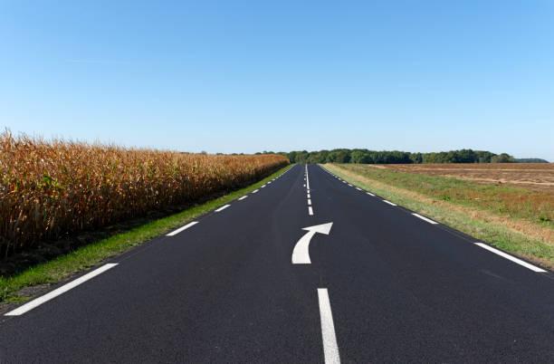 Signe de flèche sur route asphaltée - Photo