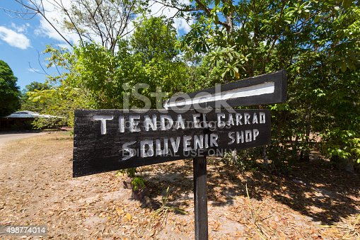 istock Arrow to souvenir shop, Canada, venezuela 498774014