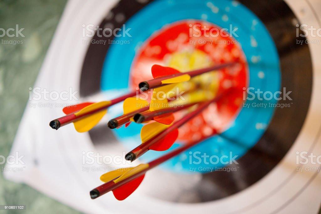 las flechas de un arco con precisión golpeó el destino - foto de stock