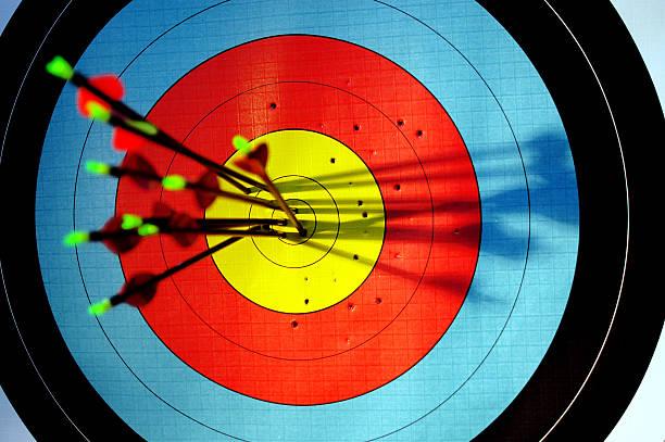 Flechas de salir a target bullseye de tiro con arco - foto de stock