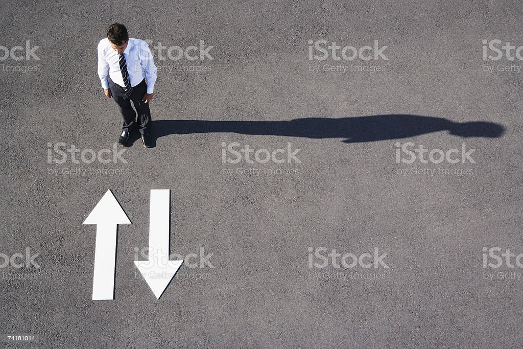 No pavimento setas a apontar para e do Empresário foto de stock royalty-free