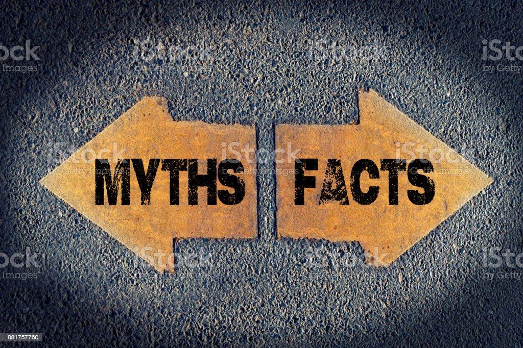 Pfeile mit Fakten und Mythen gemalt auf Straße – Foto
