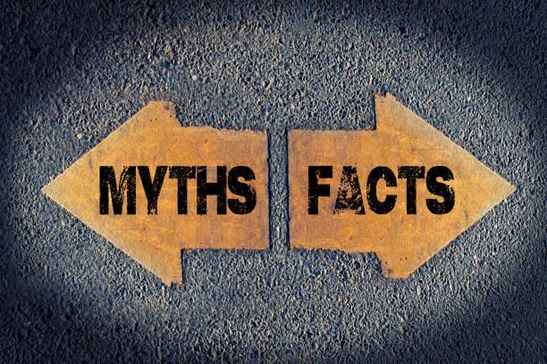 pfeile mit fakten und mythen gemalt auf straße - wahre lügen stock-fotos und bilder
