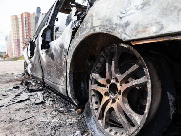 mordbrand brand brände hjul bil fordon skräp - brand sotiga fönster bildbanksfoton och bilder
