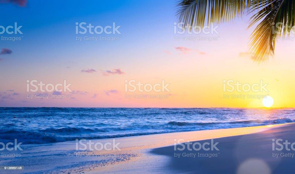 Art Beautiful sunset over the tropical beach – zdjęcie