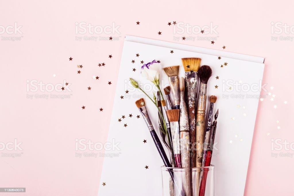Sistema de cepillo del arte, dibujo estrellas oro y álbum - foto de stock