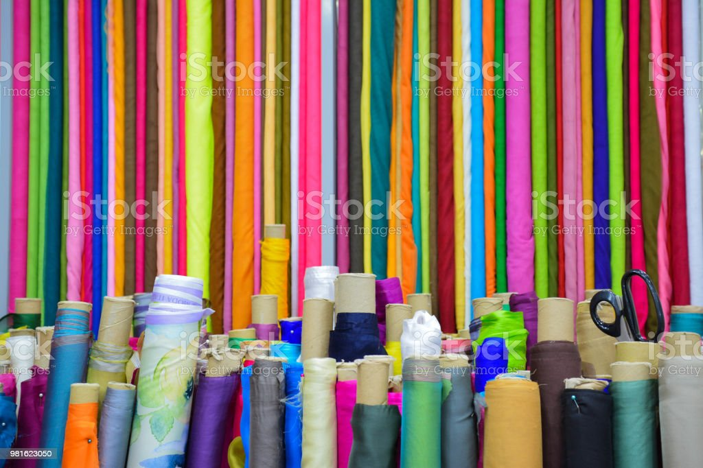 arte colorida tecido têxtil rolos loja alfaiate padrão textura de design - foto de acervo
