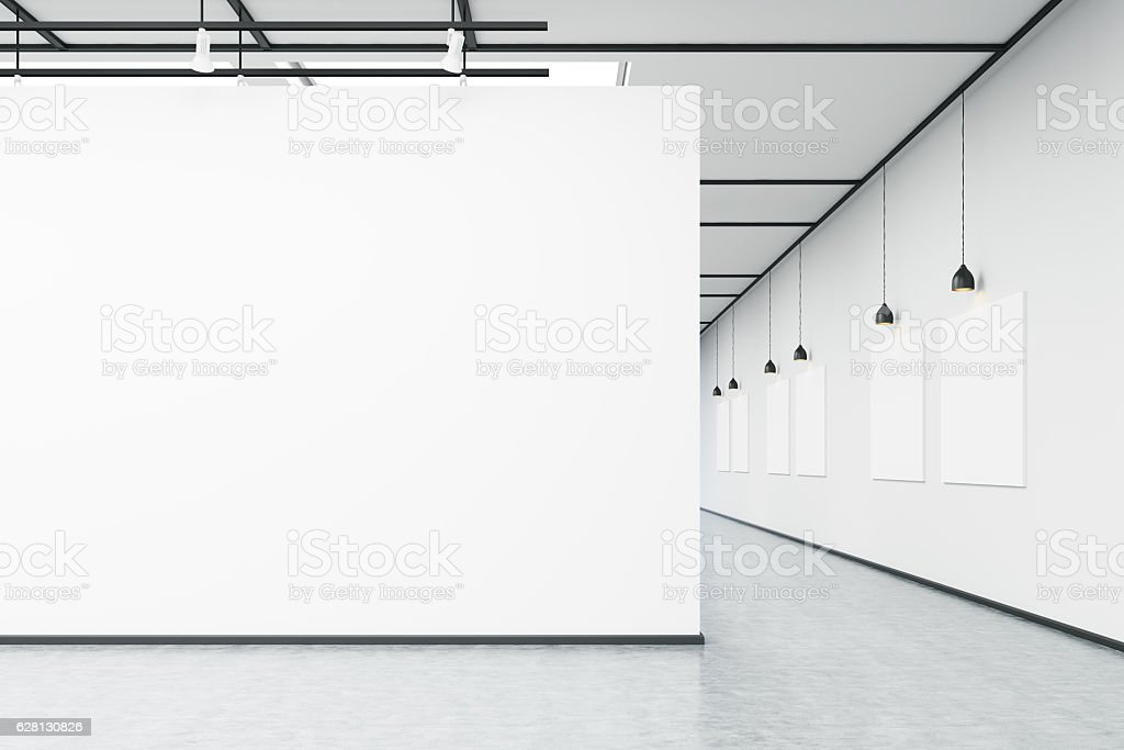 Art gallery with large white wall and pictures - foto stock