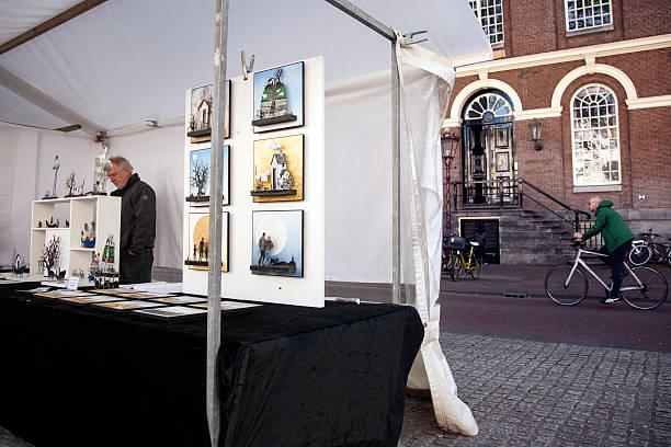 kunstmarkt auf zur dritten haltestelle spui square im stadtzentrum von amsterdam - günstig nach amsterdam stock-fotos und bilder