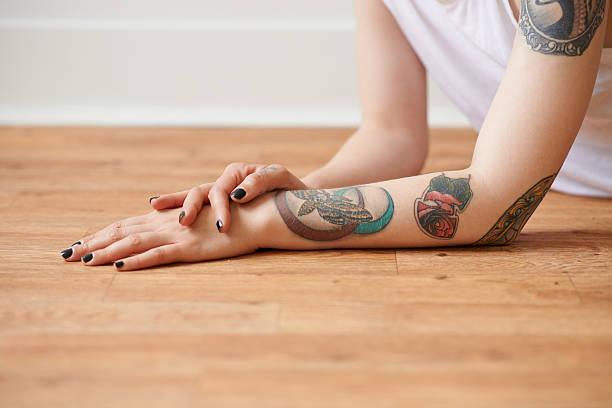 art up her sleeve - tattoos frauen arm stock-fotos und bilder
