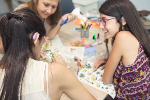 kunstwerkstatt, organisierte gruppe - decoupage kunst stock-fotos und bilder