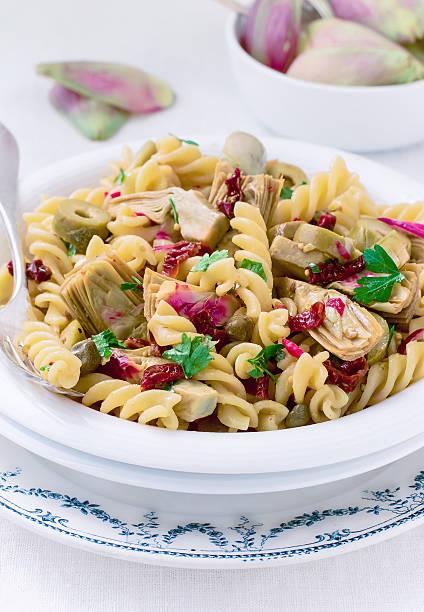 Carciofi e pomodori secchi Insalata di Pasta - foto stock