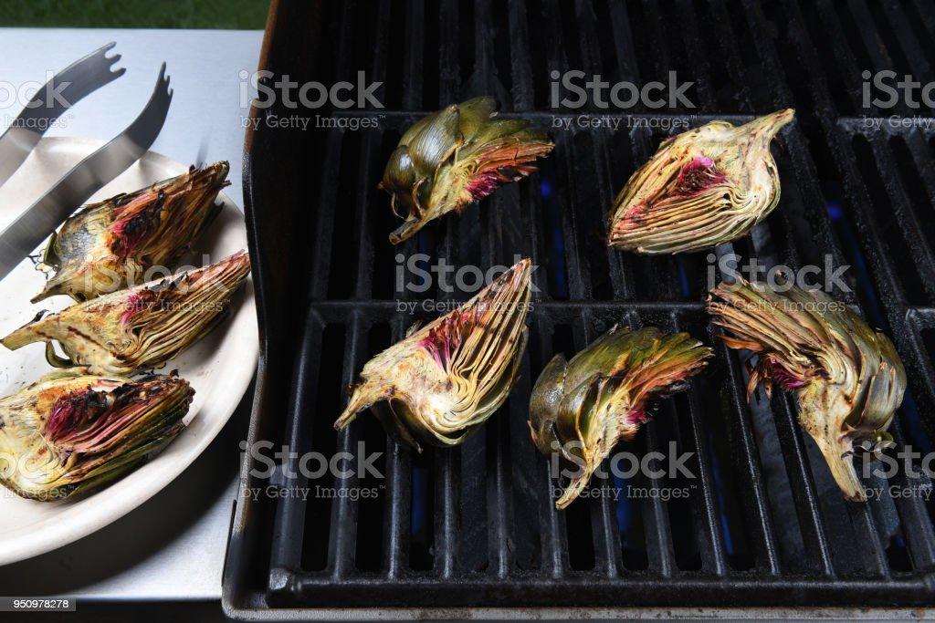 Artichoke halves on a gas grill - foto stock