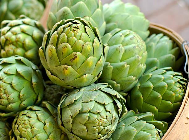 Alcachofa de cestas y de las verduras frescas en Farmer's Market - foto de stock