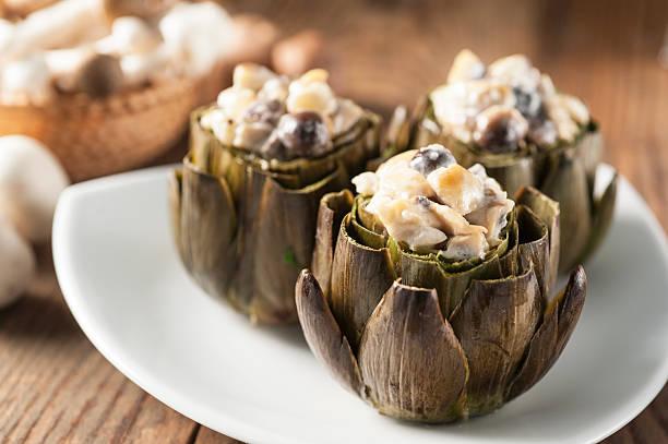 artichoke with mushrooms au gratin - artischocken gesund stock-fotos und bilder