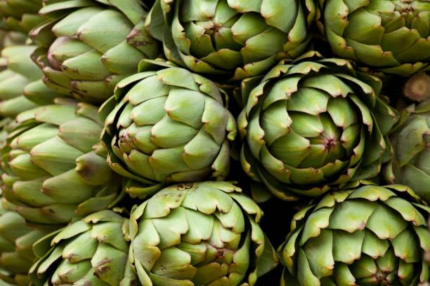artichokes local farmer's market - foto de stock