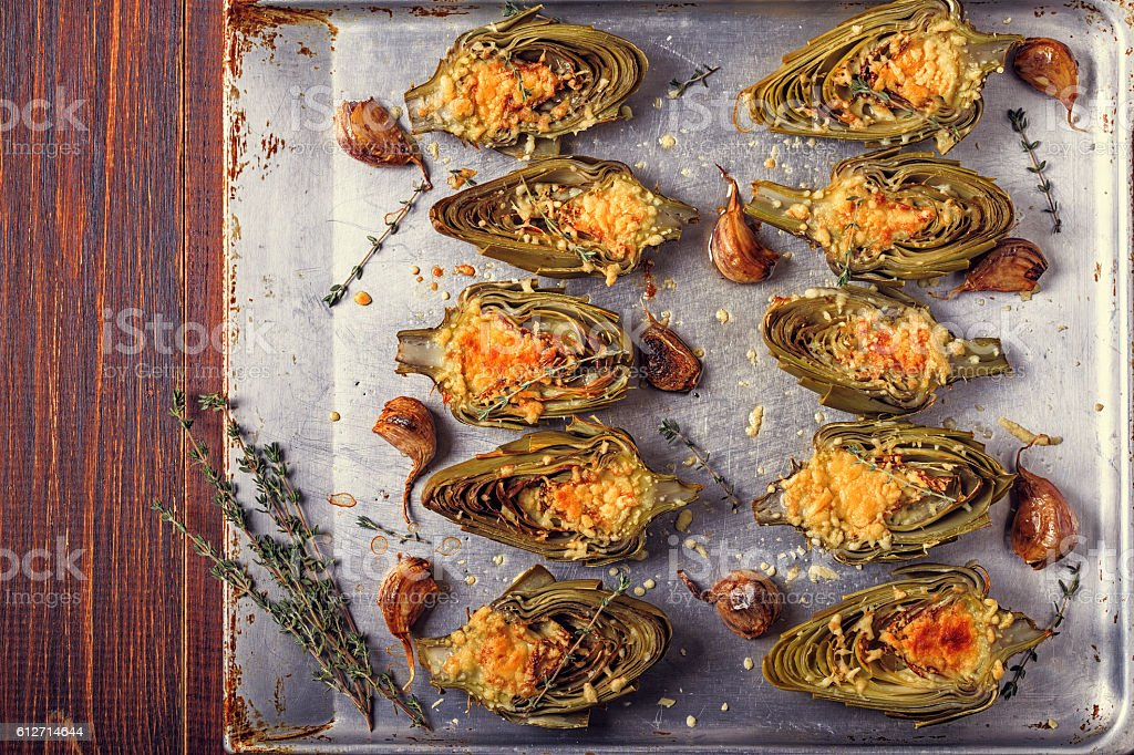 Artichokes baked with cheese, garlic and thyme. - foto stock