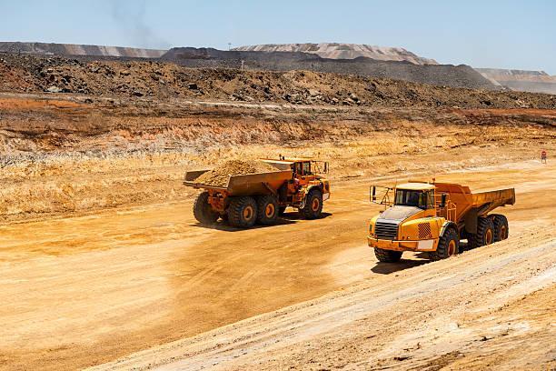 Vorgeformte dump truck in Ausgrabungen circuit – Foto