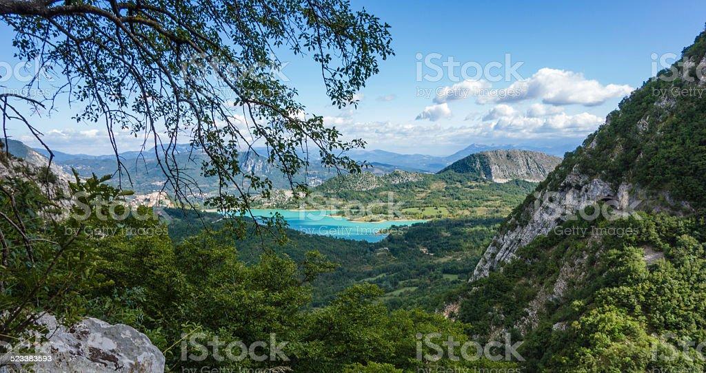 Sztuczne Jezioro z górami – zdjęcie