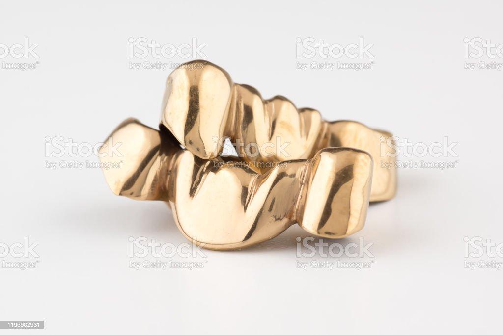Artificial tooth crown coated gold - Zbiór zdjęć royalty-free (Badania kliniczne)