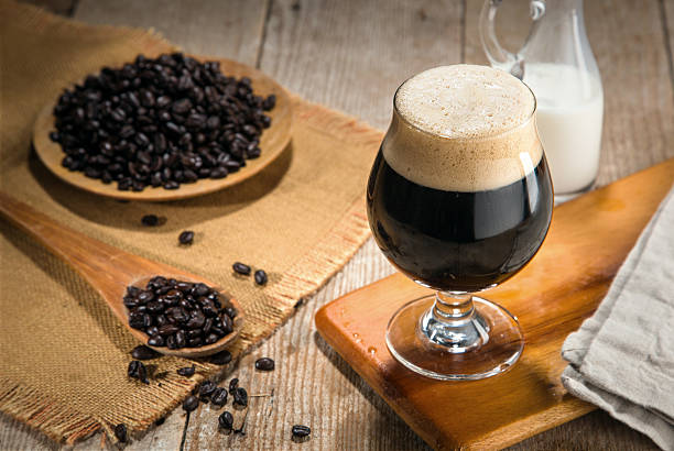artisan craft cold brew nitro gourmet coffee espresso coffee beans - azoto foto e immagini stock