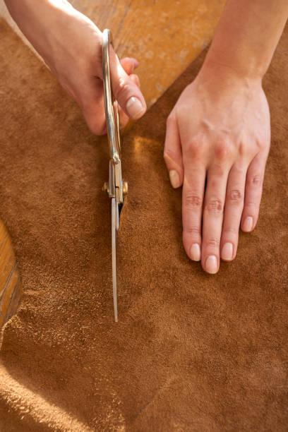 artisan cutting leather with scissors - diy leder stock-fotos und bilder