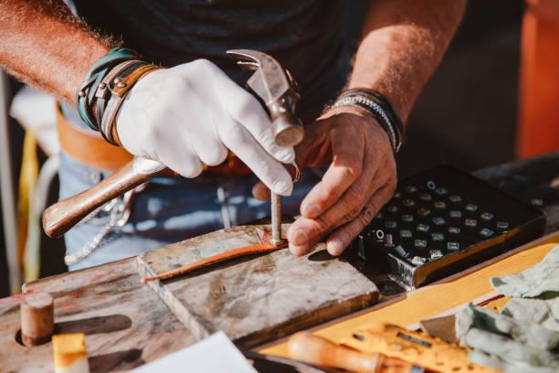 kunsthandwerkliche arbeiten mit leder - diy leder stock-fotos und bilder