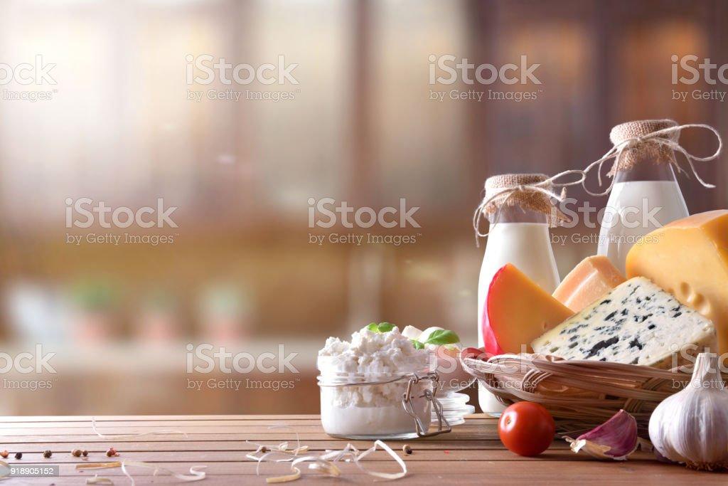Ver productos lácteos artesanales en frente de la cocina rústica - foto de stock