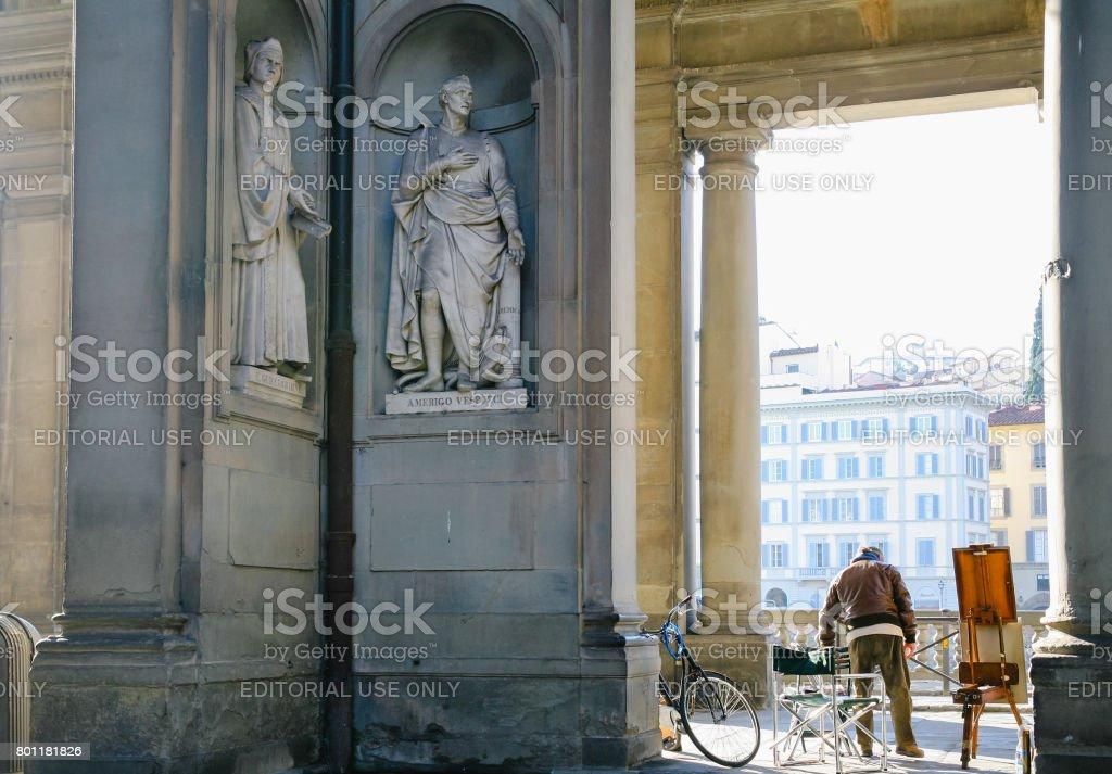 Artist and statues near Uffizi outside gallery - foto stock