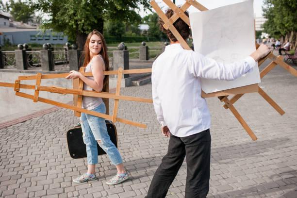 künstler-stadt-lifestyle-partner-flirt-konzept - maler gesucht stock-fotos und bilder