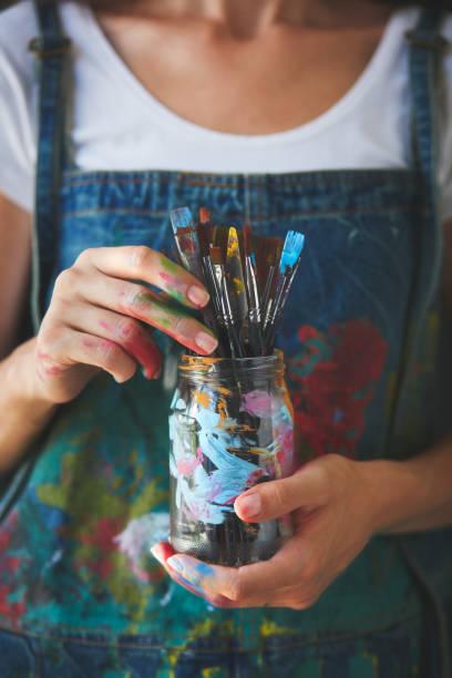 Künstler hält Pinsel – Foto
