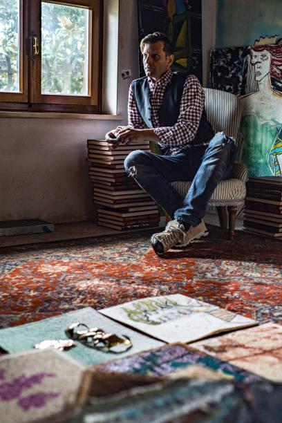 künstler in seinem atelier betrachten die idee der malerei - maler gesucht stock-fotos und bilder
