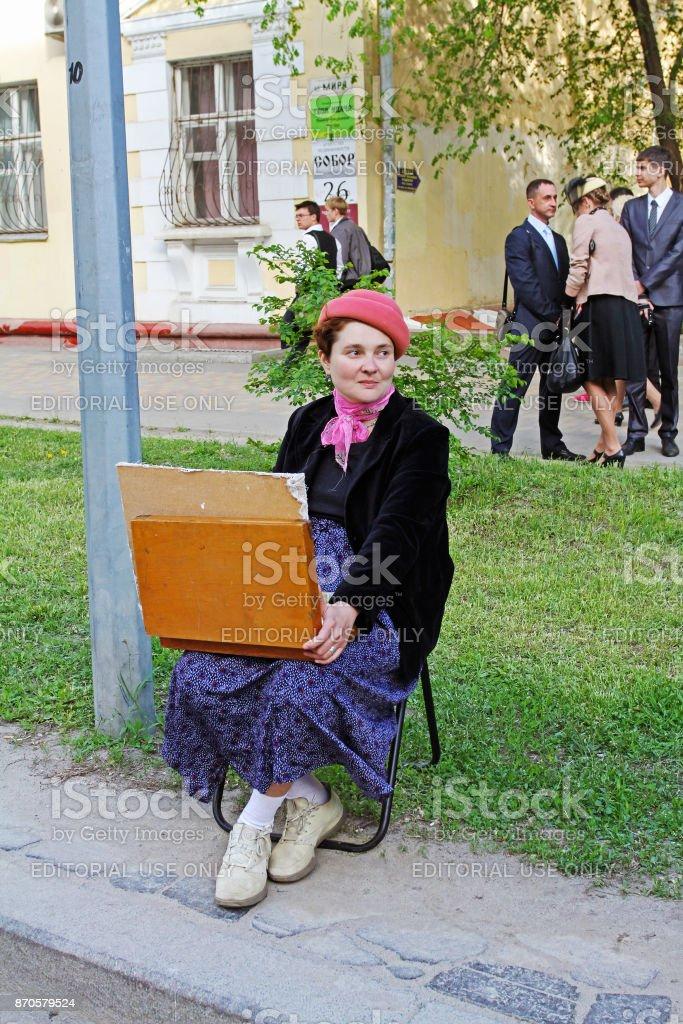 Artista em roupas à moda antiga dos anos quarenta participa de evento de dia de vitória em Volgogrado - foto de acervo