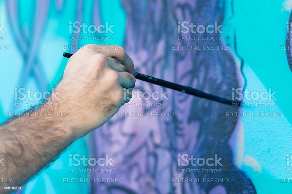 Künstler in Wynwood, Miami Farben Außenansicht Wandgemälde mit Brush – Foto
