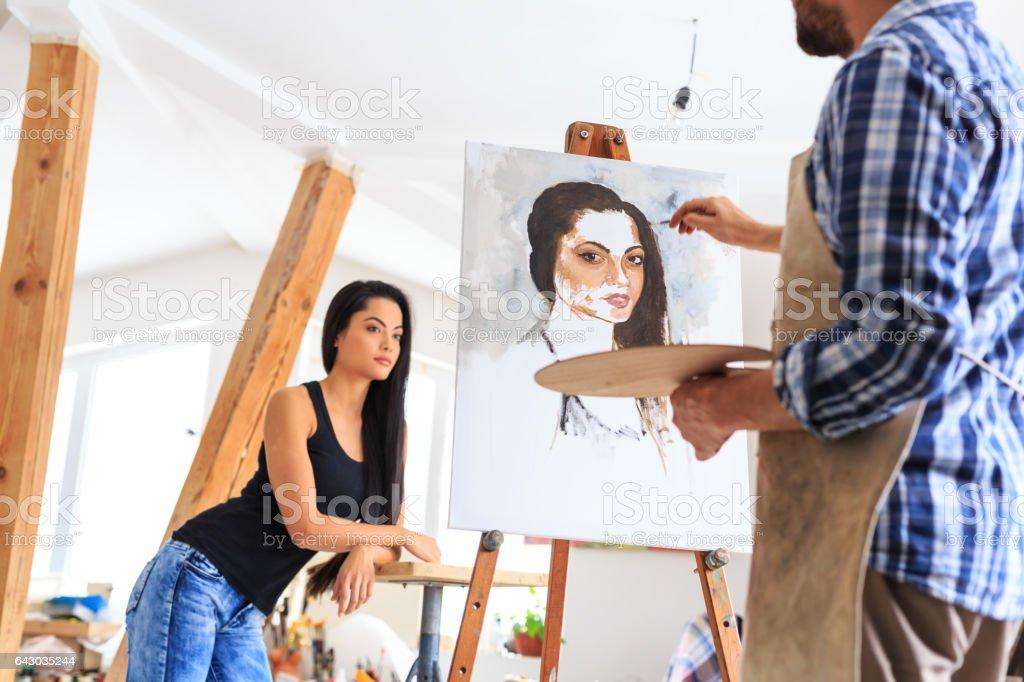 Artista haciendo retrato de mujer joven - foto de stock