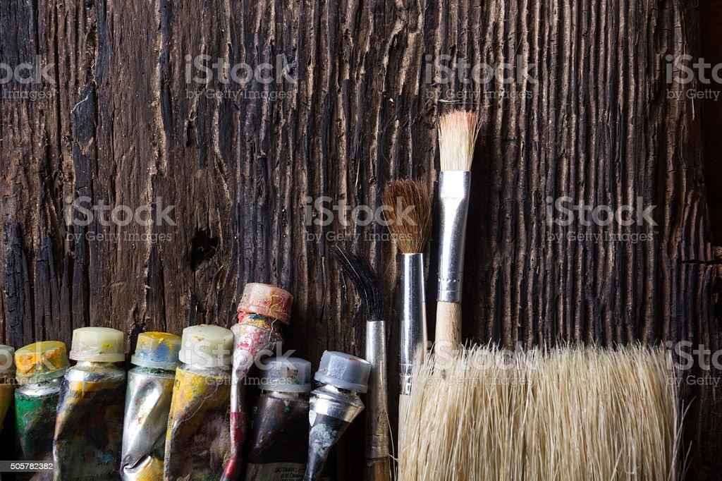 Pinceau de lartiste gros plan sur le vieux bois de fond naturel
