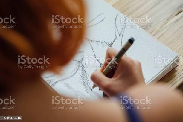 Artist working at coffee shop picture id1042016616?b=1&k=6&m=1042016616&s=612x612&h=jkbjluncvvgxbjcjh nwhs8kmqhhvh6impwyf6a22xw=
