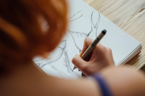 artista que trabaja en la cafetería - dibujar fotografías e imágenes de stock